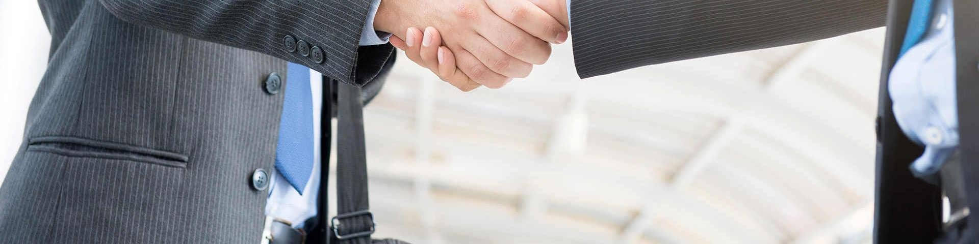 Businessmen_shaking_hands_compliance