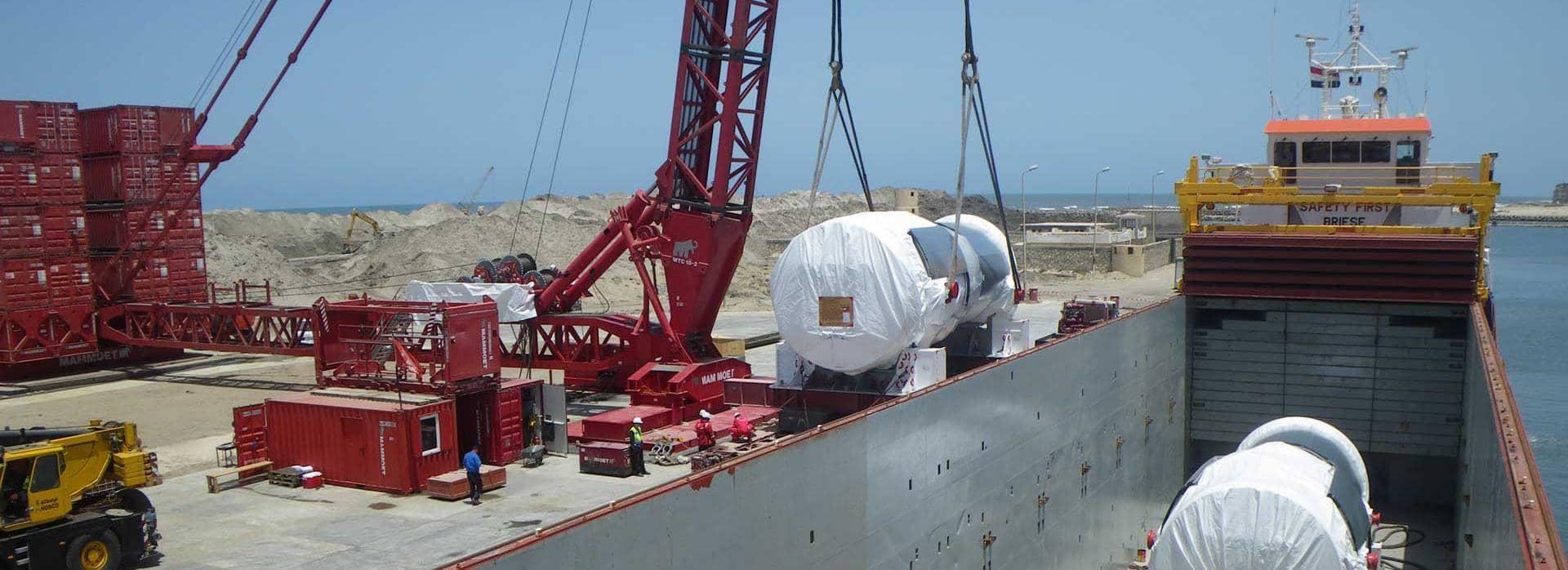 Egy 600 tonnás daru a turbinák kirakodása közben Burullusban